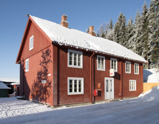 Vinterbilde av postgården som huser Norges Postmuseum og ligger på Maihaugen
