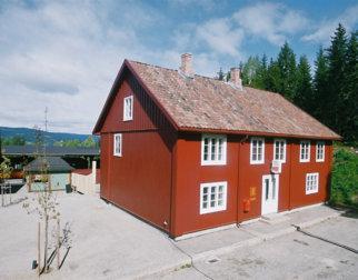 Postgården som huser Norges Postmuseum. Ligger inne på friluftsmuseet Maihaugen.