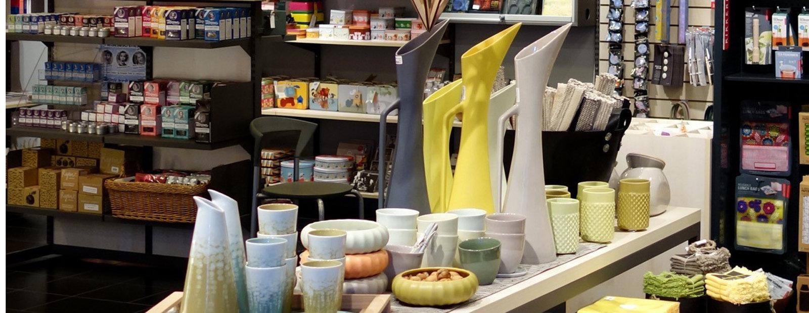 Interiør i Maihaugbutikken med et bord med porselensvarer i forgrunnen.